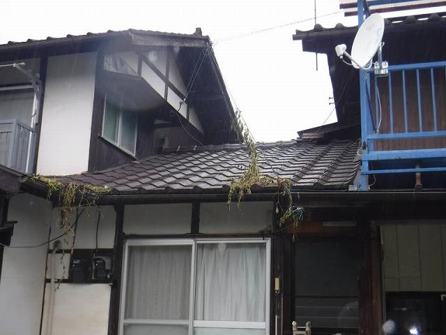 雨漏りしている瓦屋根