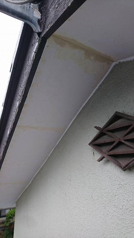 軒天井の壁と破風板とのすき間にコーキング