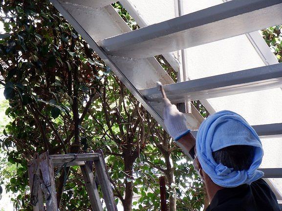 アパートの鉄骨の階段の踏み板や側板の裏側にサビ止め塗装