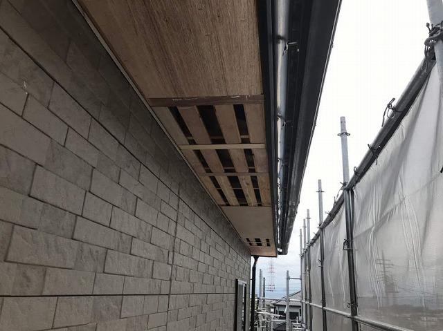 足場から見た軒天井の下地ラワン耐水合板と通気口になるところ