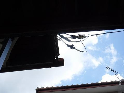 下から見た破風板と電線