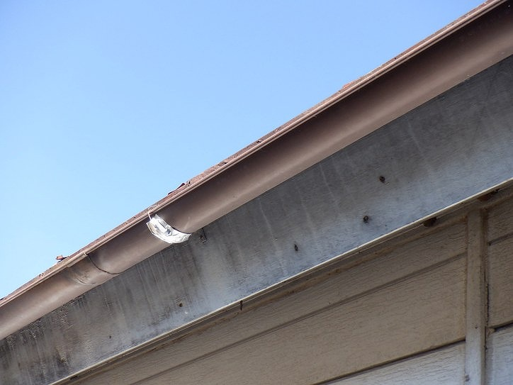 黒く汚れた鼻隠し板と雨樋の銀紙