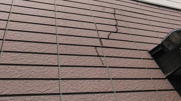 外壁のひび割れにコーキング