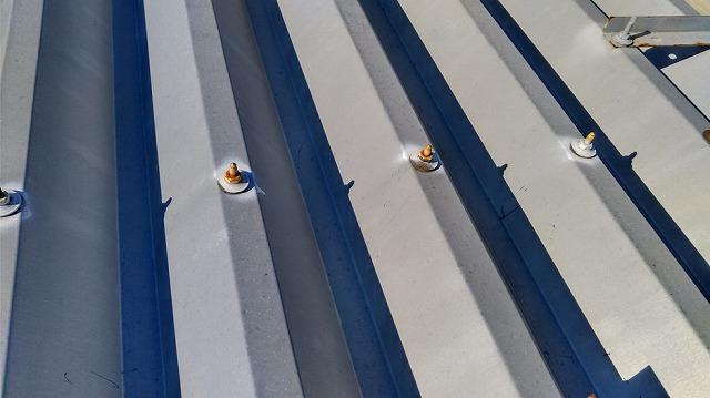 塗装スプレーが十分でない錆びた波板屋根のボルト