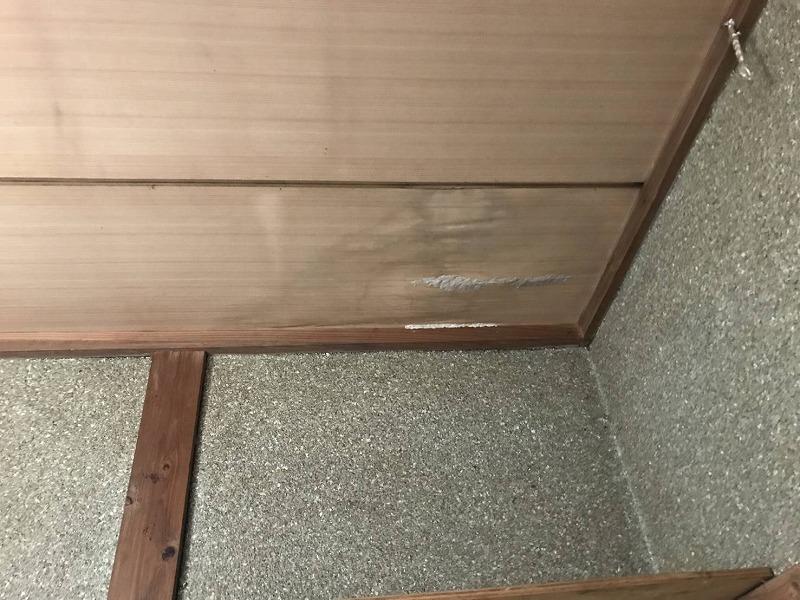 和室天井の隅の雨漏りのシミ近景