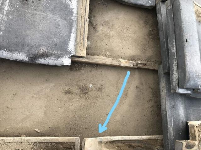 防水シートの上を水の流れた跡