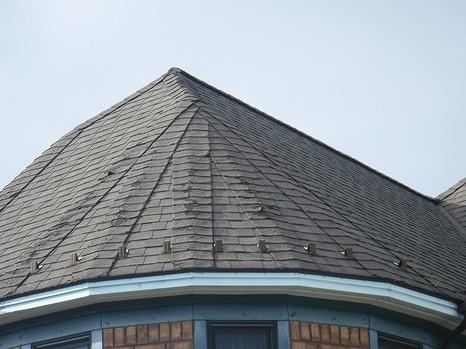 南西のアスファルトシングル棟部分の表面の剥がれ