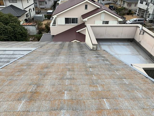 赤茶けた色のスレートの瓦屋根