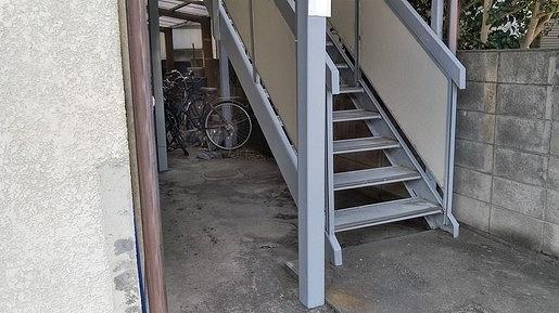 塗装後のアパートの鉄骨の支柱と階段