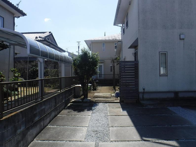 伊勢崎市で外壁の塗装や屋根の工事を行うための足場を組みました