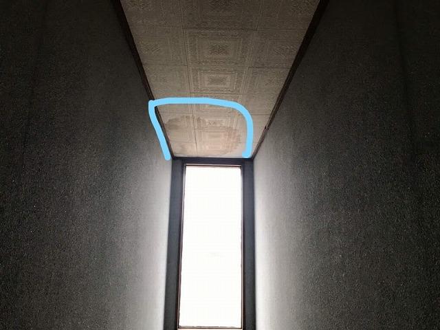 雨水が入った窓を正面に見て