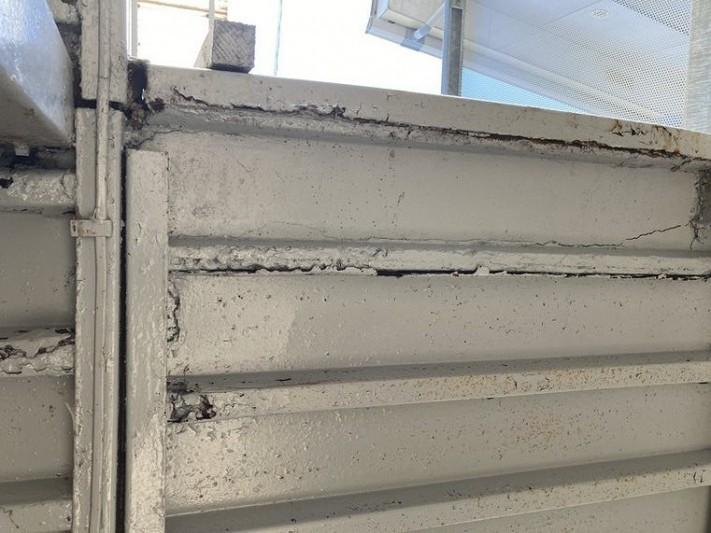 鉄骨の通路の天井の塗装の傷み