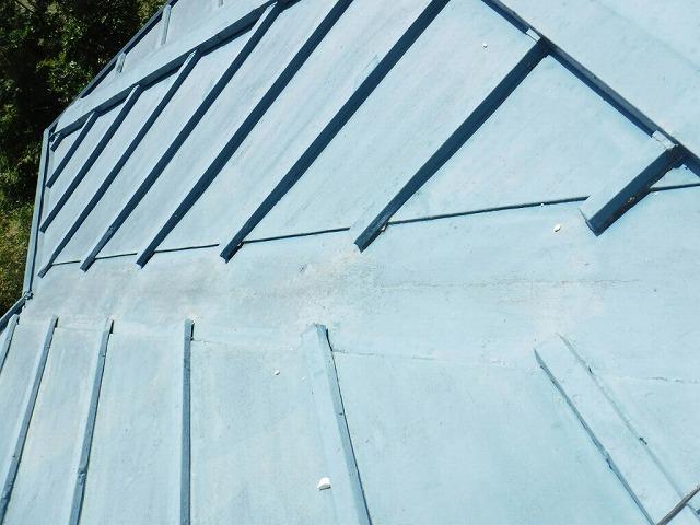 穴の開いた軒天井の上の板金屋根の谷になっているところ