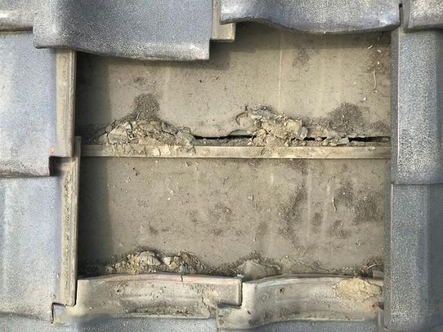 瓦屋根の雨漏りの原因箇所近景