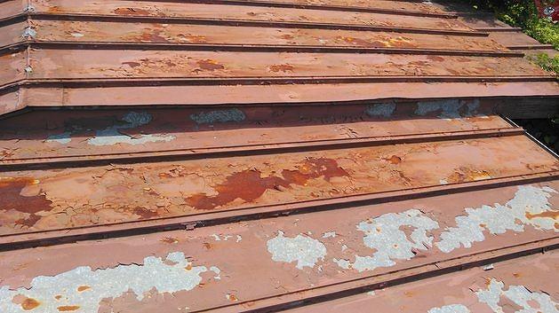 塗装の剝がれたトタン屋根と錆び