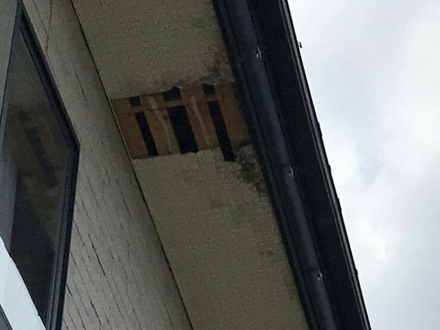 強風により軒天井が剥がれて穴の開いたところ