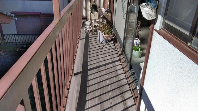 2階のベランダの塩ビのデッキボードの床