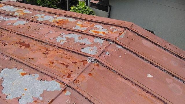 トタン屋根の塗装が剥がれて下地が見えている状態