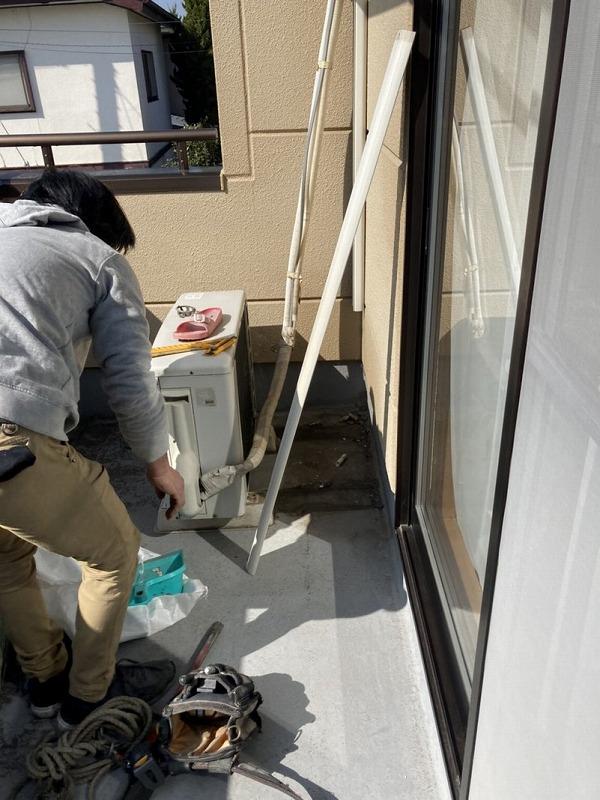 バルコニーの防水工事のためエアコン室外機の移動