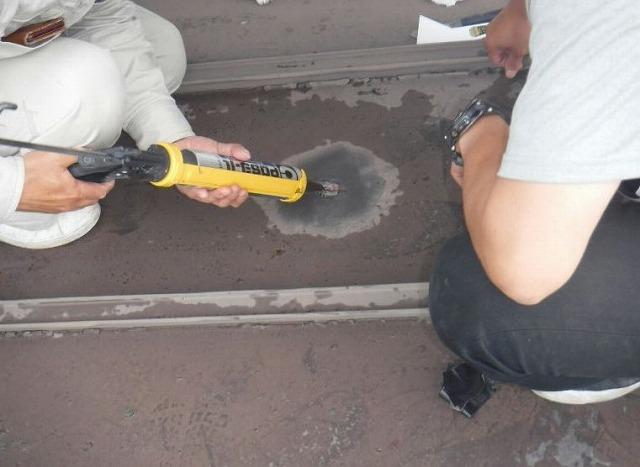 板金屋根の穴の開いたところにコーキング剤を塗布