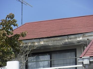 ベランダ上の屋根のへこんだ軒樋