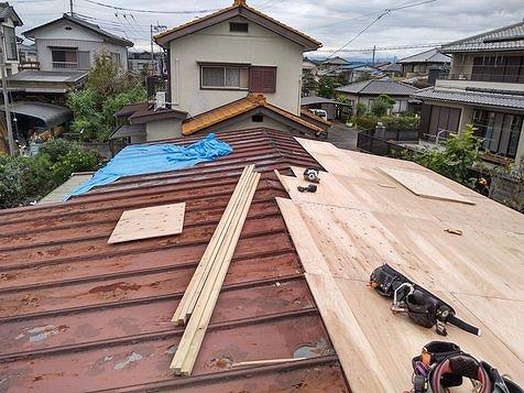 トタンの瓦棒屋根にカバー工事で野地板張り