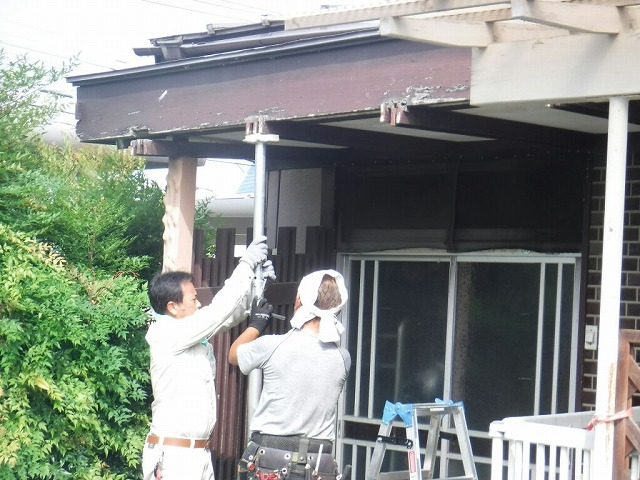 玄関の屋根をジャッキアップ中