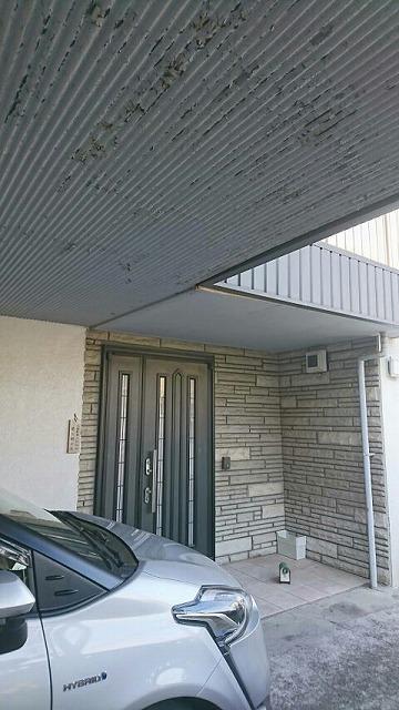 ベランダの軒裏のトタン波板が塗膜が剥がれて錆びているところ