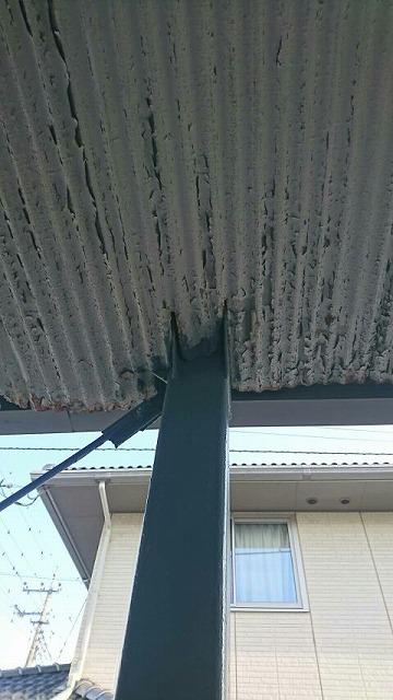 ベランダの軒裏のトタン波板の塗膜にひび割れと錆び