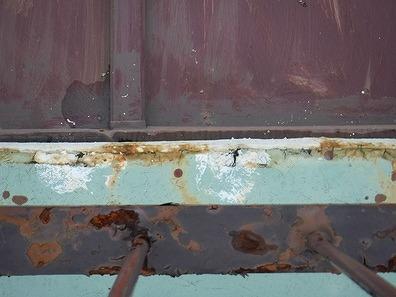 屋上バルコニー防水の端の傷