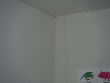 2階子供部屋の北西の壁の雨漏り