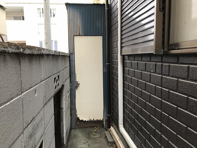 トタン波板の物置のドア正面に見て