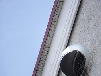 高崎市で屋根裏の塗装が劣化して木部がささくれているお宅を調査