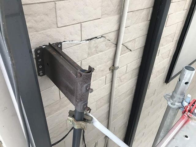 足場から見たアンテナと一緒に折れた外壁