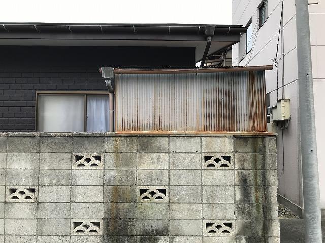トタン波板の物置の北側通りから見て錆び