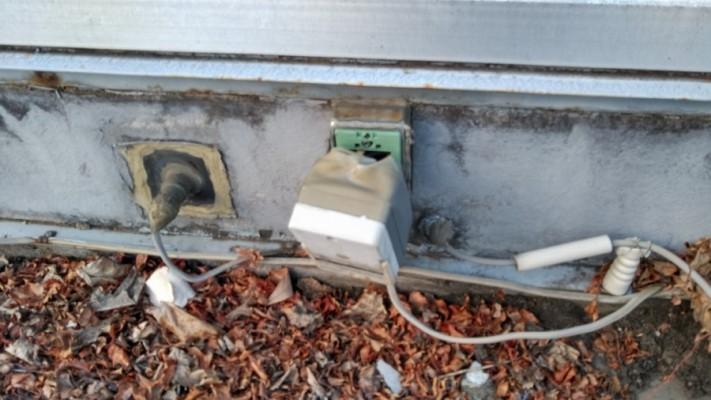 屋上の外れた配線カバー