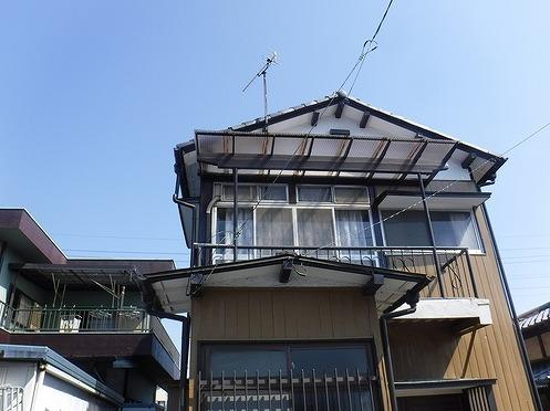 2階のベランダの屋根が波板の家