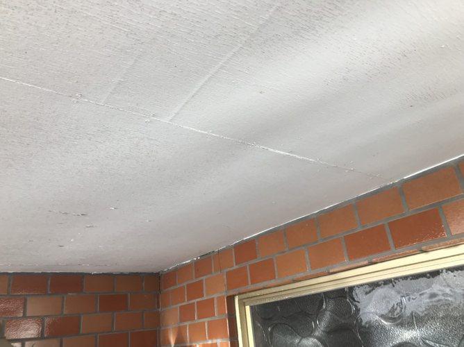 玄関軒天井の塗装が薄くなっている