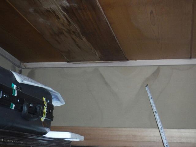 和室天井から伝わった壁の雨漏りのシミ