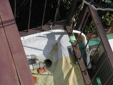切り込みを入れた防水シートを入り隅の両側に貼り付けた