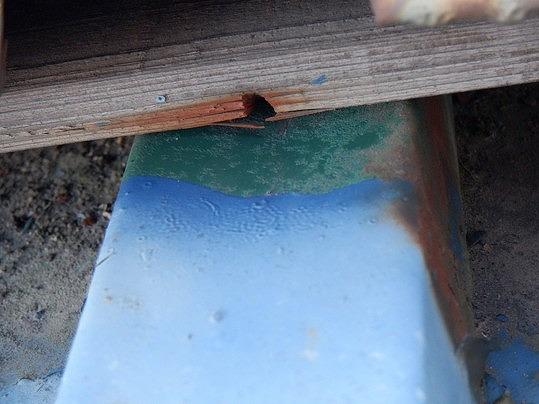 棟板金の下の貫板の広がった釘穴