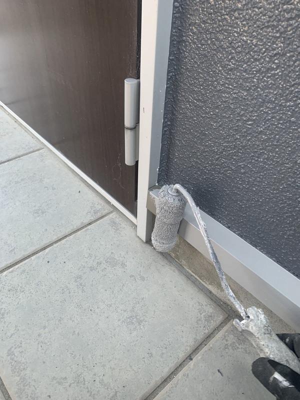 玄関ドア横水切り金具ローラー塗装中