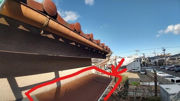 塗装が薄くなって錆びた雨樋と下屋の板金