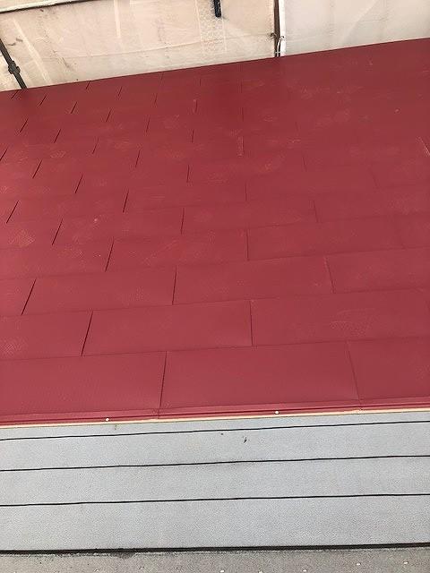 ゴムアスファルトルーフィングシートにガルバリウムカラー鋼板を横葺きしているところ