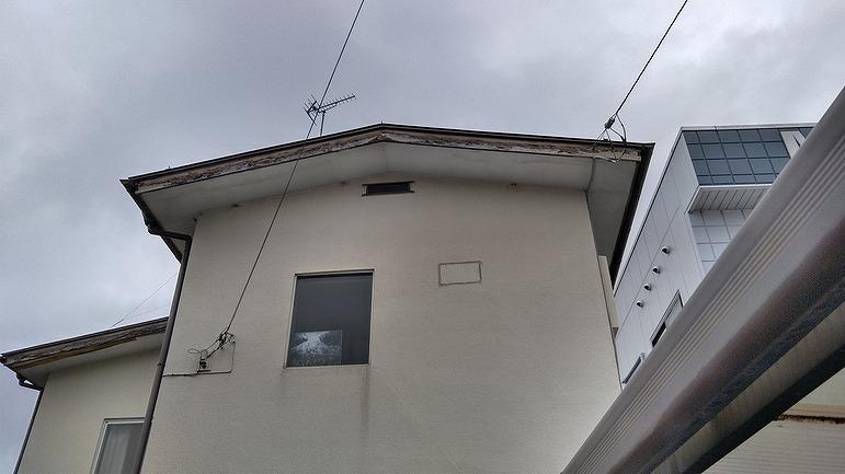建物正面見上げて破風板の塗膜の劣化