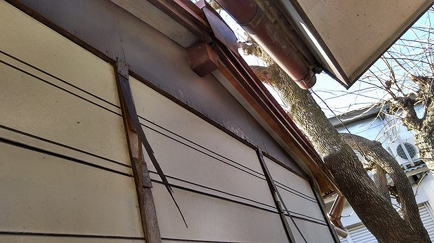 プレハブ小屋の木部の合板の表面の剥がれ