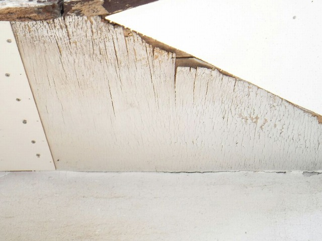 軒天井の傷みと張り替えたところ