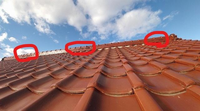 2階の棟瓦ののし瓦がはみ出てる