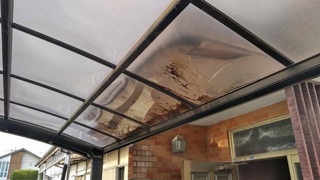 カーポートの屋根の茶色いシミ