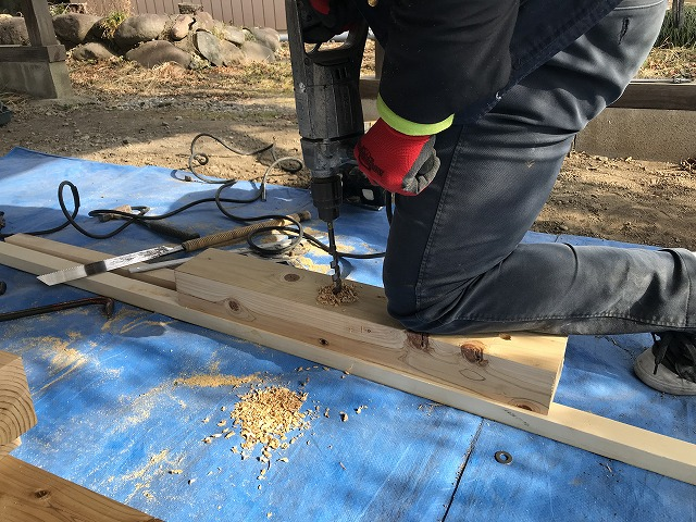 車庫の屋根の土台にボルトを通す穴あけ